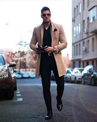 Черные кожаные перчатки: с чем носить и как сочетать мужчине: Такое лаконичное и удобное сочетание базовых вещей, как светло-коричневое длинное пальто и черные кожаные перчатки, нравится молодым людям, которые любят проводить дни активно. Сбалансировать ансамбль и добавить в него немного классики помогут черные кожаные туфли дерби.