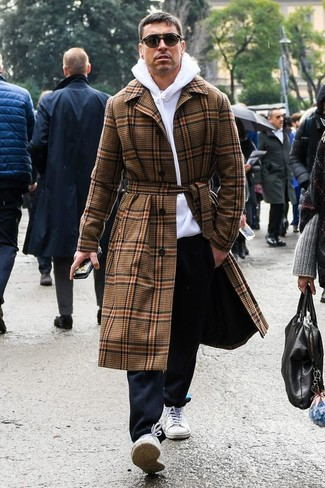 Как и с чем носить: коричневое длинное пальто в шотландскую клетку, белый худи, черные брюки чинос, белые низкие кеды из плотной ткани