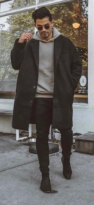 Модные мужские луки 2020 фото в холод: Если ты принадлежишь к той категории молодых людей, которые любят выглядеть с иголочки, тебе подойдет тандем черного длинного пальто и черных брюк чинос. Этот лук получает свежее прочтение в сочетании с черными замшевыми ботинками челси.