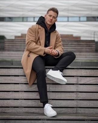 Мужские луки в холод: Светло-коричневое длинное пальто и черные брюки чинос великолепно впишутся в любой мужской образ — непринужденный будничный образ или же строгий вечерний. Чтобы добавить в лук чуточку беззаботства , на ноги можно надеть белые кожаные низкие кеды.