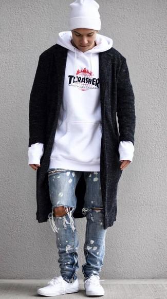 Как и с чем носить: черное длинное пальто, белый худи с принтом, голубые рваные джинсы, белые низкие кеды