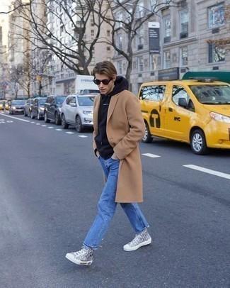 Мужские луки: Сочетание светло-коричневого длинного пальто и синих джинсов вне всякого сомнения будет привлекать дамские взгляды. серые высокие кеды из плотной ткани с принтом добавят образу легкости и беззаботства.