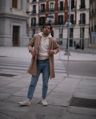 С чем носить белые высокие кеды из плотной ткани мужчине: Когда не знаешь, что надеть на учебу или на работу, светло-коричневое длинное пальто и голубые джинсы — великолепный вариант. Выбирая обувь, можно немного пофантазировать и закончить лук белыми высокими кедами из плотной ткани.
