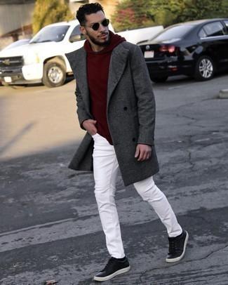 Мужские луки: Темно-серое длинное пальто в сочетании с белыми джинсами — необычный образ для парней, работающих в офисе. Создать красивый контраст с остальными составляющими этого ансамбля помогут черные кожаные низкие кеды.