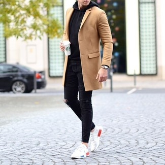 Как и с чем носить: светло-коричневое длинное пальто, черный худи, черные рваные зауженные джинсы, белые кроссовки