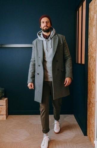 Модные мужские луки 2020 фото: Серое длинное пальто в паре с оливковыми брюками чинос может стать прекрасным офисным луком. белые низкие кеды добавят образу легкости и дерзости.