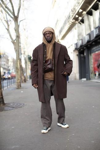 С чем носить темно-сине-белые низкие кеды из плотной ткани мужчине: Если ты из той когорты парней, которые любят выглядеть по моде, тебе понравится образ из коричневого длинного пальто и серых брюк чинос. Почему бы не добавить в этот лук немного непринужденности с помощью темно-сине-белых низких кед из плотной ткани?