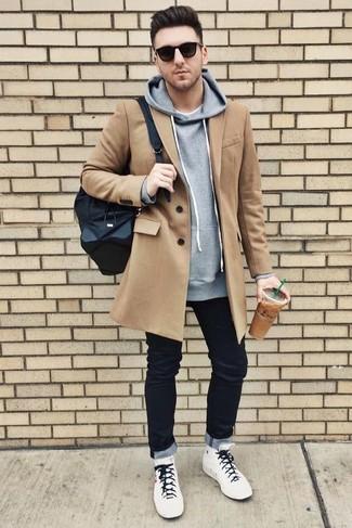 Как и с чем носить: светло-коричневое длинное пальто, серый худи, белая футболка с круглым вырезом, черные джинсы