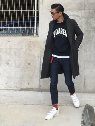 Как и с чем носить: темно-серое длинное пальто, черно-белый худи с принтом, белая футболка с круглым вырезом, темно-синие зауженные джинсы