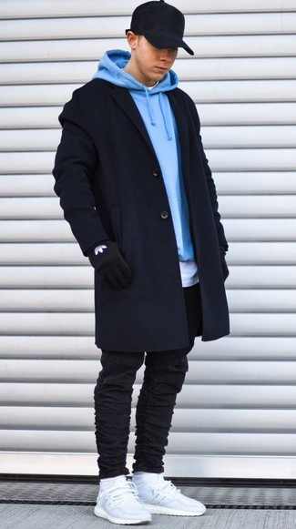 Как и с чем носить: черное длинное пальто, голубой худи, белая футболка с круглым вырезом, черные зауженные джинсы