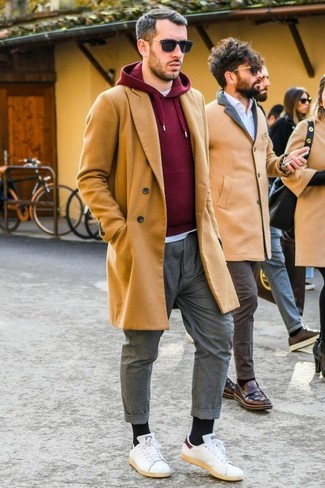 Как и с чем носить: светло-коричневое длинное пальто, темно-красный худи, белая футболка с круглым вырезом, серые брюки чинос