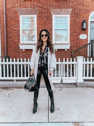 Как и с чем носить: серый длинный кардиган, черно-белая классическая рубашка в шотландскую клетку, черные кожаные джинсы скинни, черные кожаные ботинки челси