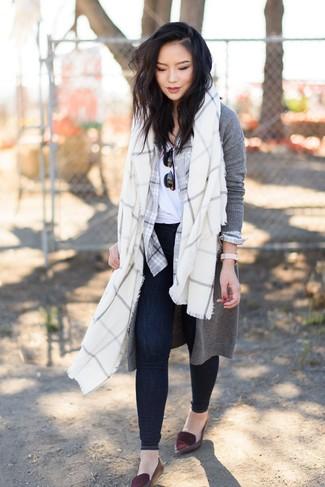 Как и с чем носить: серый длинный кардиган, серая классическая рубашка в шотландскую клетку, белая футболка с круглым вырезом, темно-синие джинсы скинни