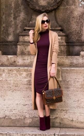 Как и с чем носить: светло-коричневый длинный кардиган, темно-красное облегающее платье, темно-красные замшевые ботильоны, темно-коричневая кожаная сумка-саквояж с принтом