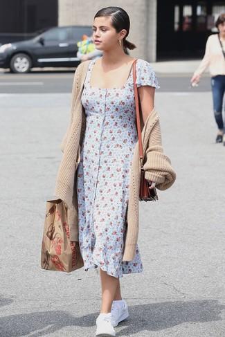 Как и с чем носить: бежевый длинный кардиган, голубое платье-рубашка с цветочным принтом, белые кожаные низкие кеды, табачная кожаная сумка через плечо