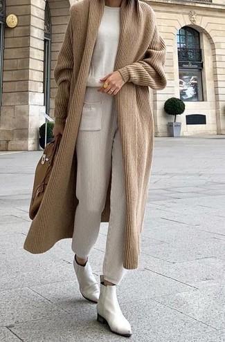 Как и с чем носить: светло-коричневый длинный кардиган, бежевый свитер с круглым вырезом, бежевые спортивные штаны, белые кожаные ботинки челси