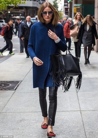 Как и с чем носить: темно-синий длинный кардиган, белая футболка с длинным рукавом, черные кожаные узкие брюки, красные кожаные балетки