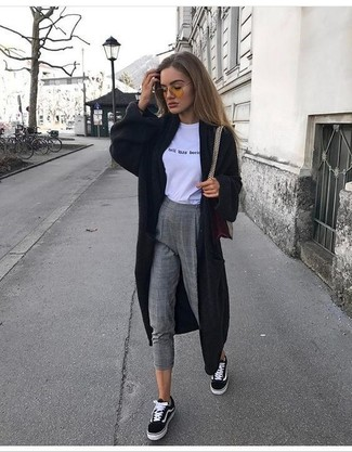 Как и с чем носить: черный длинный кардиган, бело-черная футболка с круглым вырезом с принтом, серые шерстяные узкие брюки в клетку, черно-белые низкие кеды из плотной ткани