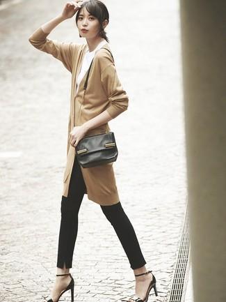 Как и с чем носить: светло-коричневый длинный кардиган, белая футболка с круглым вырезом, черные узкие брюки, черные кожаные босоножки на каблуке