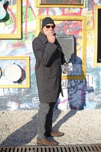 Как и с чем носить: черный дождевик, темно-серые брюки чинос, коричневые замшевые оксфорды, черная шапка