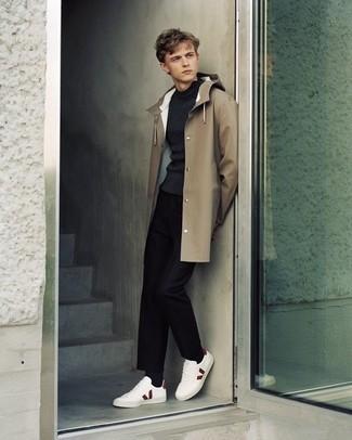 Темно-серая водолазка: с чем носить и как сочетать мужчине: Темно-серая водолазка и черные брюки чинос — необходимые вещи в гардеробе стильного современного парня. Чтобы привнести в образ толику легкости , на ноги можно надеть бело-красные низкие кеды из плотной ткани.
