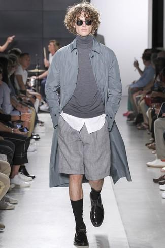 Как и с чем носить: серый дождевик, серая водолазка, белая классическая рубашка, серые шорты
