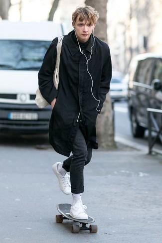 Как и с чем носить: черный дождевик, черная водолазка, темно-серые шерстяные классические брюки, белые кожаные низкие кеды