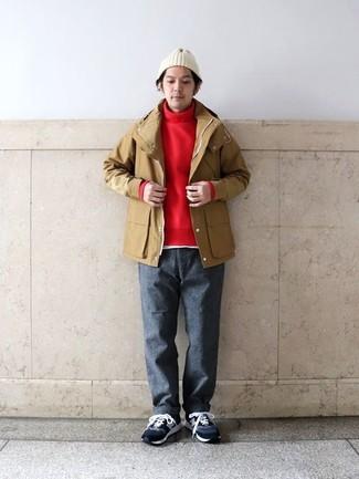 Как и с чем носить: светло-коричневый дождевик, красная водолазка, белая футболка с круглым вырезом, темно-серые шерстяные брюки чинос