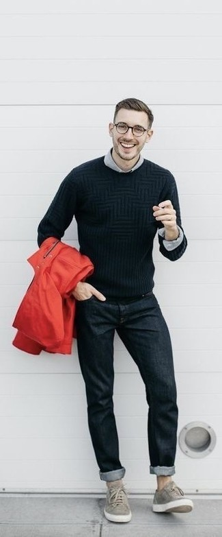 Как и с чем носить: красный дождевик, черный вязаный свитер, серая классическая рубашка, черные джинсы