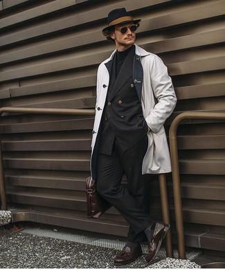Как и с чем носить: белый дождевик, черный двубортный пиджак, черная водолазка, черные классические брюки