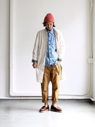 Как и с чем носить: бежевый дождевик, голубая джинсовая рубашка, белая футболка с круглым вырезом, светло-коричневые брюки чинос
