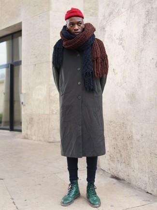 Как и с чем носить: оливковый дождевик, черные зауженные джинсы, зеленые кожаные повседневные ботинки, красная шапка