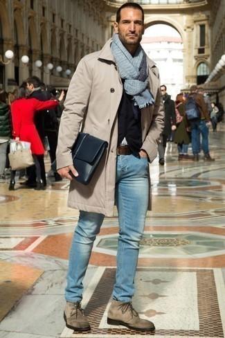 Голубые джинсы: с чем носить и как сочетать мужчине: Бежевый дождевик в сочетании с голубыми джинсами однозначно будет привлекать взоры прекрасных женщин. Завершив лук бежевыми замшевыми ботинками дезертами, получим занятный результат.