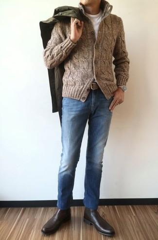Как и с чем носить: оливковый дождевик, коричневый вязаный кардиган, белая футболка с круглым вырезом, синие джинсы