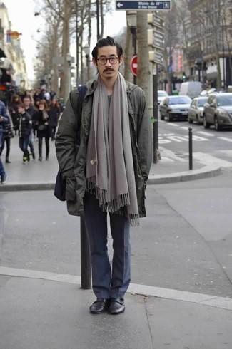 Темно-синяя большая сумка из плотной ткани: с чем носить и как сочетать мужчине: Если в одежде ты делаешь ставку на комфорт и функциональность, темно-зеленый дождевик и темно-синяя большая сумка из плотной ткани — замечательный вариант для модного повседневного мужского образа. В тандеме с черными кожаными монками с двумя ремешками такой лук выглядит особенно выигрышно.