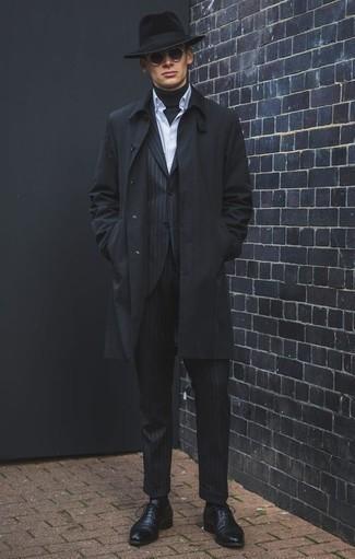 Черный костюм в вертикальную полоску: с чем носить и как сочетать: Комбо из черного костюма в вертикальную полоску и черного дождевика позволит выразить твой личный стиль. Если ты не боишься использовать в своих образах разные стили, из обуви можешь надеть черные кожаные оксфорды.
