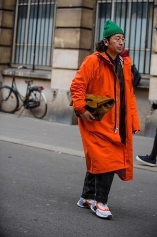 Как одеваться мужчине за 40: Оранжевый дождевик в паре с темно-зеленым костюмом в шотландскую клетку поможет подчеркнуть твой личный стиль и выигрышно выделиться из общей массы. Серые кроссовки позволят сделать образ не таким официальным.