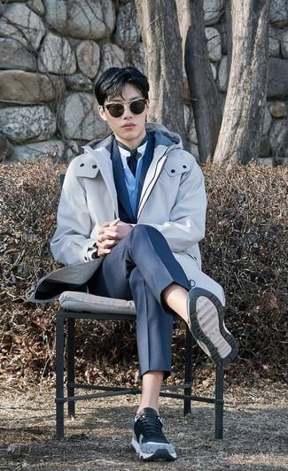 Мода для подростков парней: Несмотря на то, что этот лук выглядит весьма сдержанно, ансамбль из белого дождевика и темно-синего костюма всегда будет по вкусу джентльменам, но также покоряет при этом дамские сердца. Создать стильный контраст с остальными составляющими этого образа помогут голубые кроссовки.