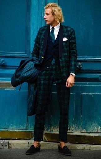 С чем носить темно-сине-зеленый костюм в шотландскую клетку: Если ты принадлежишь к той немногочисленной категории джентльменов, способных разбираться в одежде, тебе понравится ансамбль из темно-сине-зеленого костюма в шотландскую клетку и темно-зеленого дождевика в клетку. Хотел бы привнести сюда немного строгости? Тогда в качестве дополнения к этому луку, выбирай черные замшевые лоферы с кисточками.