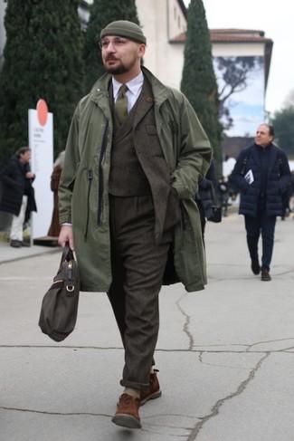Как и с чем носить: оливковый дождевик, темно-коричневый шерстяной костюм-тройка, белая классическая рубашка, коричневые замшевые ботинки дезерты