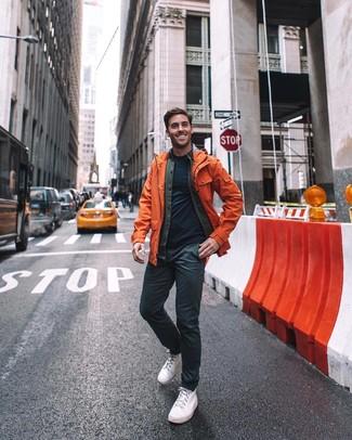 Как и с чем носить: оранжевый дождевик, темно-серая хлопковая куртка-рубашка, темно-синяя футболка с круглым вырезом, черные брюки чинос