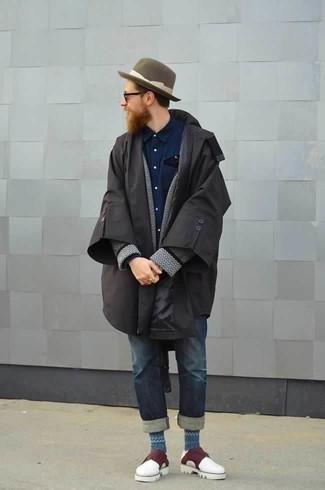 Черный дождевик: с чем носить и как сочетать мужчине: Дуэт черного дождевика и темно-синих джинсов поможет воплотить в твоем образе городской стиль современного молодого человека. Такой лук легко обретает свежее прочтение в тандеме с темно-красными кожаными монками с двумя ремешками.