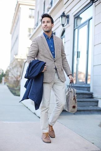Как и с чем носить: темно-синий дождевик, бежевый пиджак в шотландскую клетку, синяя джинсовая рубашка, белые брюки чинос