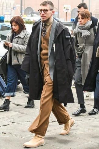 Черный дождевик: с чем носить и как сочетать мужчине: Комбо из черного дождевика и светло-коричневых классических брюк — отличный пример изысканного мужского стиля. Что касается обуви, можно отдать предпочтение комфорту и выбрать светло-коричневые кроссовки.