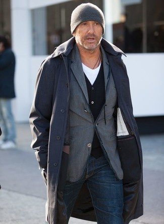 Как и с чем носить: черный дождевик, серый хлопковый пиджак, черный кардиган, белая футболка с v-образным вырезом