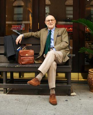 Как и с чем носить: черный дождевик, оливковый пиджак в клетку, голубая классическая рубашка, бежевые классические брюки