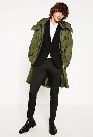 Черный пиджак: с чем носить и как сочетать мужчине: Черный пиджак в паре с темно-серыми брюками чинос чудесно подойдет для офиса. Почему бы не привнести в повседневный образ немного изысканности с помощью черных кожаных массивных туфель дерби?