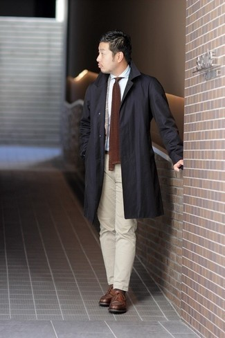 С чем носить коричневые кожаные туфли дерби: Если превыше всего ты ценишь комфорт и функциональность, не обходи стороной сочетание черного дождевика и бежевых брюк чинос. Если ты предпочитаешь смелые настроения в своих образах, закончи этот коричневыми кожаными туфлями дерби.