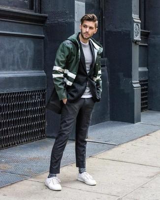 Как и с чем носить: темно-зеленый дождевик, темно-серый шерстяной пиджак, серый свитер с круглым вырезом, белая футболка с круглым вырезом