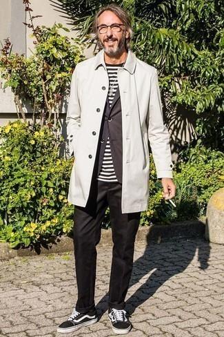 Черные классические брюки: с чем носить и как сочетать мужчине: Несмотря на то, что этот лук весьма классический, ансамбль из белого дождевика и черных классических брюк является неизменным выбором стильных молодых людей, неизбежно пленяя при этом дамские сердца. Любители рискованных сочетаний могут закончить образ черно-белыми низкими кедами из плотной ткани.